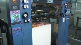 一个包装的折叠的机器的传送带在工厂生产线的 股票录像