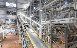 一个化工厂的巨型工业传动机 库存图片
