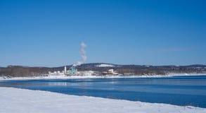 一个化工厂的遥远的看法在冬天 库存照片