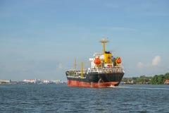 一个化工邮轮船在昭拍耶河,曼谷,泰国 库存照片