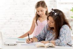 一个十几岁的女孩和她的妹妹 免版税图库摄影
