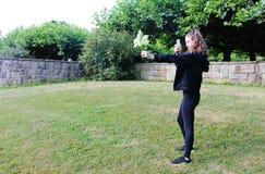 一个十几岁的女孩在庭院里 库存照片