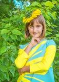 一个十几岁的女孩的明亮的晴朗的画象 免版税库存图片