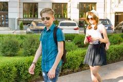 一个十几岁的男孩和女孩14, 15岁的室外画象 图库摄影