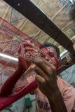 一个十几岁的男孩增加细节到传统Jamdani莎丽服在Mirpur Benarashi Palli,达卡,孟加拉国 免版税库存图片