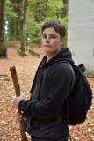 一个十几岁的男孩的画象在秋天森林里 免版税库存图片