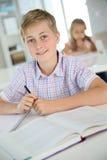 一个十几岁的男孩的画象在学校 免版税库存图片