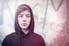 一个十几岁的男孩的画象有黑有冠乌鸦的 免版税图库摄影