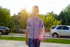 一个十几岁的男孩14, 15岁的室外画象 都市的背景 库存照片