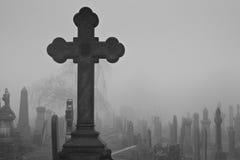 一个十字架在古老坟园 免版税库存照片