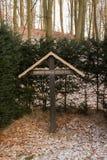 一个十字架在森林里 图库摄影