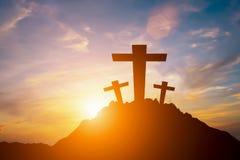 一个十字架的剪影在小山顶的 库存照片