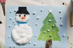 一个十岁的女孩做的圣诞节装饰 免版税图库摄影