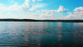 一个半岛的美妙的湖反对与美丽的云彩的天空蔚蓝 股票视频