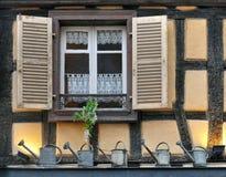一个半木料半灰泥的房子的窗口有开放快门的 免版税库存照片