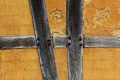 一个半木料半灰泥的房子的老多孔黏土墙壁 免版税库存图片