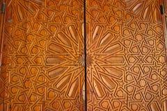 一个华丽被雕刻的雪松门的细节在马德拉斯Bou Inania的 免版税库存图片