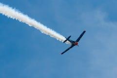 一个单一装有引擎的先进的教练机北美洲T-6德克萨斯人的示范飞行 免版税库存照片