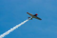 一个单一装有引擎的先进的教练机北美洲T-6德克萨斯人的示范飞行 免版税库存图片