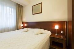 一个单人床旅馆客房的内部 免版税图库摄影