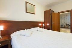 一个单人床旅馆客房的内部 库存照片
