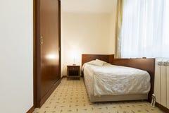 一个单人床旅馆客房的内部 库存图片