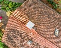 一个单身家庭的房子的屋顶的飞越检查瓦的情况的,鸟瞰图 图库摄影