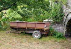 一个单轮农厂推车沿着一座被成拱形的桥梁停放了 免版税库存图片
