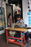 一个印地安人在一点印度修理一种缝合的黑织品 库存照片