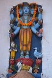 一个印度神的Vishnu蓝色雕象在瓦腊纳西,印度 免版税库存照片