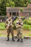 一个历史再制定队姿势的两名成员 库存图片