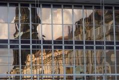 一个历史大厦的反射 免版税库存照片