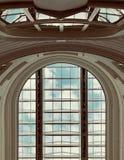 一个历史建筑的心房与玻璃屋顶的在圣彼德堡 俄国 一个历史建筑的内部,被阐明 免版税图库摄影