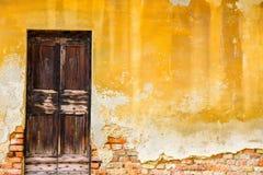 一个历史建筑的老木门 免版税库存照片