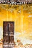 一个历史建筑的老木门 库存图片