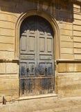 一个历史建筑的蓝色木门在欧洲街道的街市 免版税库存照片