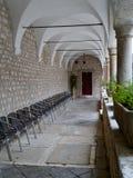 一个历史的克罗地亚修道院的拱道 库存照片