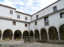 一个历史的克罗地亚修道院的白色大厦 免版税库存照片