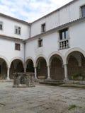 一个历史的克罗地亚修道院的白色大厦 库存照片