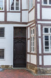 一个历史的半木料半灰泥的房子的门在明登 免版税图库摄影