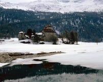 一个历史的城堡/大厦在积雪的风景、湖和山在阿尔卑斯瑞士 图库摄影
