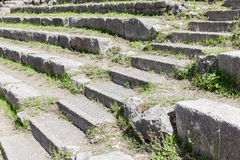 一个历史的希腊剧院的台阶和位子陶尔米纳的,西西里岛 库存图片
