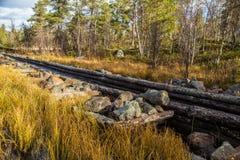 一个历史的水道的一处美好的秋天风景运输的木材在湖之间 射线多云建筑使被拧紧的橡木天空塔木 库存图片