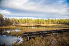 一个历史的水道的一处美好的秋天风景运输的木材在湖之间 射线多云建筑使被拧紧的橡木天空塔木 库存照片