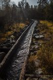 一个历史的水道的一处美好的秋天风景运输的木材在湖之间 射线多云建筑使被拧紧的橡木天空塔木 免版税图库摄影