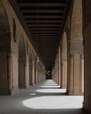 一个历史的清真寺的走廊有曲拱和木天花板的 图库摄影