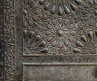一个历史的清真寺,开罗,埃及的古铜板材门的装饰品 免版税库存照片