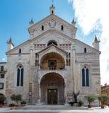 一个历史的石教会的正门 免版税图库摄影