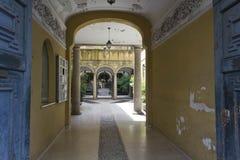 一个历史建筑的入口在米兰 免版税库存照片