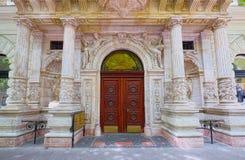 一个历史建筑的入口在Andrassy大道的在布达佩斯,匈牙利 免版税库存图片